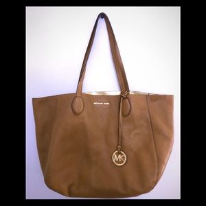 REVERSIBLE Michael Kors Izzy tote w/cosmetic pouch